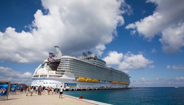 """Cozumel welcomes """"Symphony of the seas"""" the largest cruise ship in"""